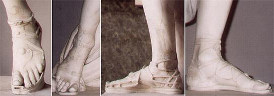 Слепки стоп в сандалиях с античных скульптур.