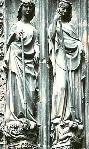 S-образная готическая скульптура.